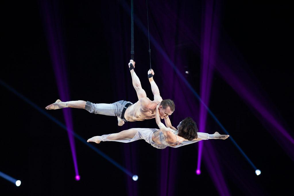 Festival Cirque Arobatie Dans le vide tenue par les mains Evènement Photo Tom Atome